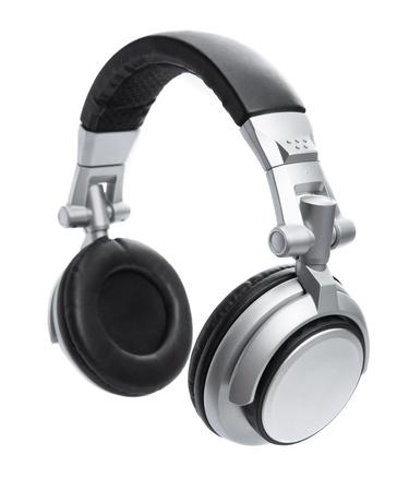 audifonos: Una vista lateral de un par de auriculares con estilo de plata que flotan en el aire aislado en blanco. Foto de archivo
