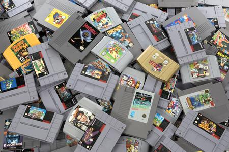 Taipei, Taiwán - 20 de febrero de 2018: Una foto de estudio de un montón de juegos de Nintendo desde arriba.