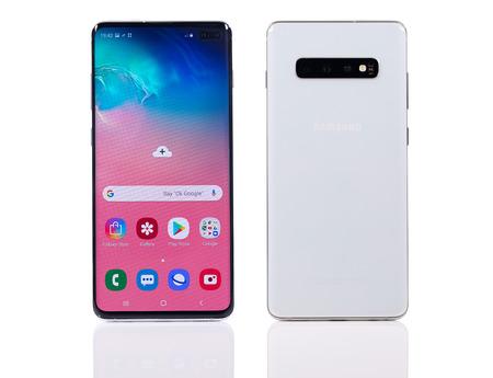 Taipei, Taiwan - 7 mars 2019 : Une photo en studio du nouveau téléphone portable Samsung Galaxy S10+ sur une surface blanche réfléchissante.