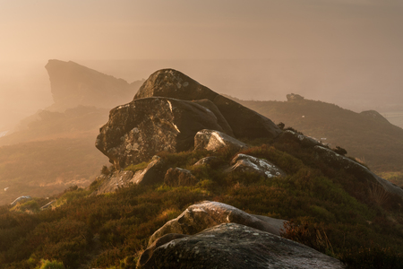 A misty Ramshaw Rocks sunrise at Ramshaw Rocks in the Peak District National Park. Atmosphere and mist on The Roaches. Banque d'images
