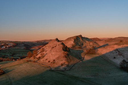 Sunrise on Parkhouse Hill and Chrome Hill from Hitter Hill in the Peak District National Park. 스톡 콘텐츠