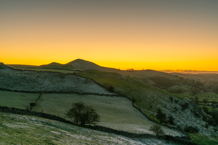 Sunrise on High Wheeldon in the Peak District National Park. 스톡 콘텐츠 - 119234695