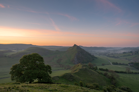 Sunrise on Parkhouse Hill and Chrome Hill, Derbyshire in the Peak District National Park. 스톡 콘텐츠