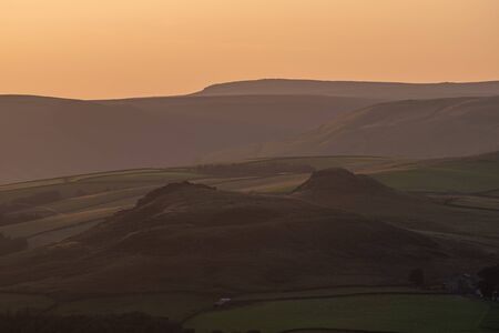 Bamford Edge sunset view looking across to Crook Hill in the Peak District National Park. Stockfoto