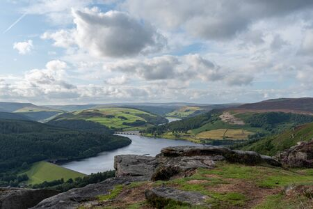 View of the Ashopton Viaduct, Ladybower Reservoir, and Crook Hill in the Derbshire Peak District National Park, England, UK. Stockfoto