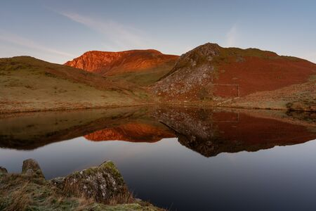 Panoramic views of Llyn y Dywarchen, Snowdon, and Y Garn during winter in the Snowdonia National Park, North Wales. Zdjęcie Seryjne