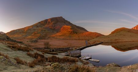 Panoramic views of Llyn y Dywarchen, Snowdon, and Y Garn during winter in the Snowdonia National Park, North Wales. Archivio Fotografico