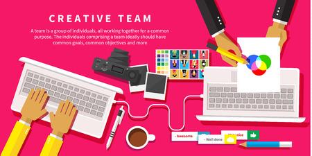 크리에이티브 팀. 창조적 인 사무실 평면 디자인 스타일에서 책상에 근무하는 젊은 디자인 팀 일러스트