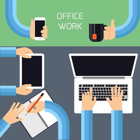 Bovenaanzicht van zakenman handen werken op laptop en tablet, schrijven in een dagboek, met smartphone en een kopje thee
