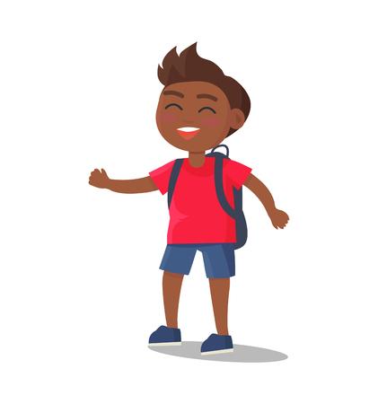 Lächelndes Kind im T-Shirt, kurze Jeanshose mit Rucksack Standard-Bild - 90603087