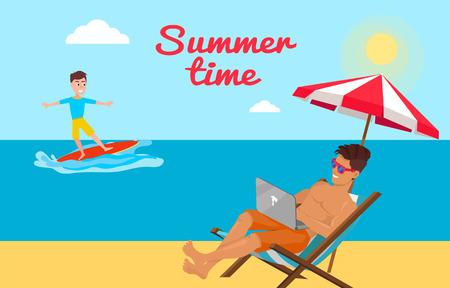 Sommerzeitplakat mit Freiberufler, der auf Laptop unter Regenschirm auf Chaiselongue am Strand arbeitet, Surfjunge auf Surfbrett auf Meerblickhintergrundvektor