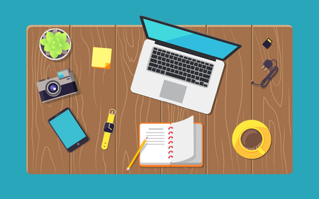 Mesa de madera y varios dispositivos establecen ilustración de vector de banner de color de computadora portátil, teléfono inteligente con cargador, cámara cerca de la planta y relojes inteligentes amarillos