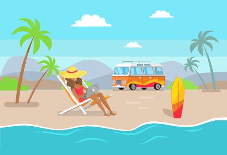 Mujer con sombrero de paja trabajando en equipo portátil en la playa de arena. Chica bronceada trabaja como freelance en verano. Ilustración de vector de trabajo distante y vacaciones de verano.