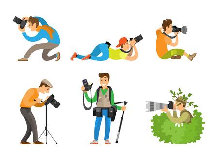 Fotografi o paparazzi che scattano foto con fotocamere digitali da tutte le angolazioni e cespugli. Giornalisti o giornalisti spiano e seguono le illustrazioni vettoriali.