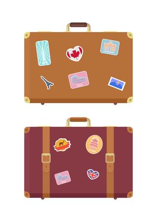 Bolsas de viaje de equipaje con pegatinas iconos aislados set vector. Bandera de Francia y Gran Bretaña, edificio de los Emiratos Árabes Unidos, Italia Roma. Signo del antiguo Coliseo en el equipaje