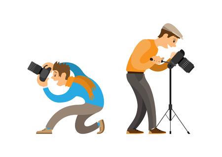 Fotógrafos que toman fotografías con cámaras digitales. Hombre con gorra de pie cerca del trípode, chico haciendo imagen desde el conjunto de ilustraciones vectoriales de ángulo inferior.