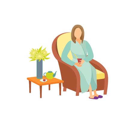 Femme assise sur un fauteuil dans l'icône de vecteur de dessin animé de salle de repos. Dame à la maison peignoir et pantoufles se relaxant et buvant du thé, table basse avec théière Vecteurs