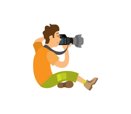 Fotógrafo tomando fotos con cámara digital moderna sentado en el piso. Camarógrafo grabando video, potente dispositivo de zoom vector paparazzi o reportero Ilustración de vector