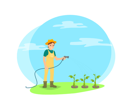 Agriculteur arrosant les légumes de l'icône de dessin animé de vecteur de tuyau. Femme heureuse en uniforme, bottes et chapeau versant des plantes, isolée sur le terrain, travaillant à la ferme