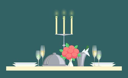 Elegante servizio di vettore da tavolo, scrivania con bouquet di rose e piatti vuoti. Pranzo cena, lume di candela e bottiglia di champagne posta in contenitore con ghiaccio