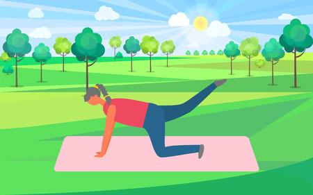 Ejercicios de fitness en el parque, mujer en el parque con árboles verdes. Señora que se mantiene en forma y mejora el cuerpo, persona delgada, estira los músculos, gimnasia, tablazón