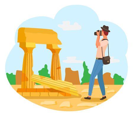 Turista in cappello con macchina fotografica, fotografo uomo in pantaloni blu che scatta foto di antiche rovine. Edifici retrò vettoriali, concetto di viaggio, colonne vintage