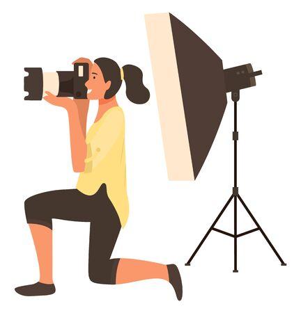 光光で撮影した女性写真家、スポットライトを当てたスタジオでの写真撮影。幸せな女性保持カメラとフォーカス、写真撮影、趣味ベクトル