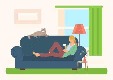Hobby der Frau, Buch lesen, Porträtansicht der Frau, die auf dem Sofa mit Literatur und Tasse liegt, Hauskatze, Zimmerpflanze auf Nachttisch, Wohnzimmervektor Vektorgrafik