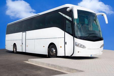 Un Big White Tour Bus avec Blue Skies