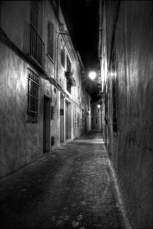 Une �troite rue europ�enne pendant la nuit en noir et blanc