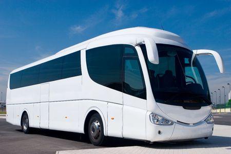 駐車場の大きな白いツアーバス