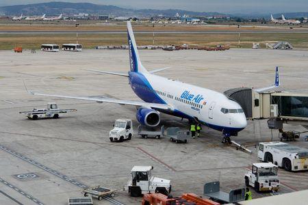 VALENCIA, Spanje - 26 januari:-Het eigendom van de Roemeense luchtvaart Blue Air heeft permanent op basis van haar vloot in Cyprus, het bedrijf aangekondigd gisteren. Blauwe lucht bij de gate op 26 januari 2010 in Valencia, Spanje.