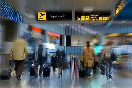 Caminar en la terminal del aeropuerto de pasajeros de líneas aéreas  Foto de archivo