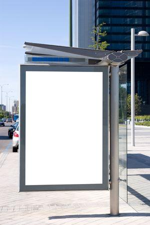 bus stop: Cartelera de la parada de autob�s en blanco