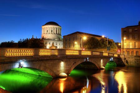 Río Liffey y edificio en Dublín, Irlanda Four Courts