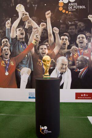 principe: VALENCIA, Espa�a - 27 de SEPT: El trofeo de la Copa de mundo, ganado por Espa�a en Sud�frica en julio de 2010, est� en exhibici�n p�blica en el Museo de Pr�ncipe Felipe en el 27 de septiembre de 2010 en Valencia, Espa�a.