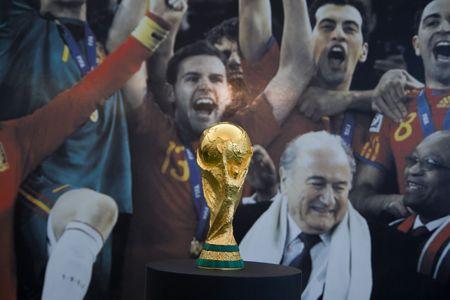 principe: VALENCIA, Espa�a - 27 de SEPT: El trofeo de la Copa de mundo, ganado por Espa�a en Sud�frica en julio de 2010, est� en exhibici�n p�blica en el Museo del Pr�ncipe Felipe en el 27 de septiembre de 2010 en Valencia, Espa�a.