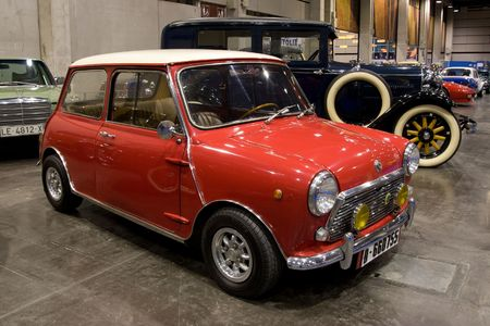 VALENCIA, SPAIN - OCTOBER 22: A 1968 Morris Mini 1275C is on display at the 2010 Motor Epoca Classic Car Show on October 22, 2010 in Valencia, Spain. 新聞圖片