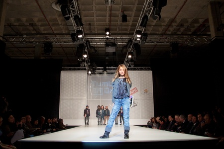 VALENCIA, SPAIN - JANUARY 21: An unidentified child model at the FIMI Children's Winter Fashion Show with the designer Tumble Dry in the Feria Valencia on January 21, 2011 in Valencia, Spain. 新聞圖片