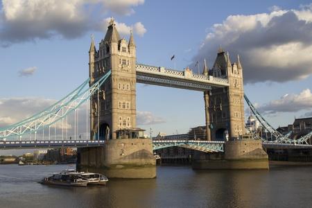 LONDRES - 30 MAI: Le pont de Londres � Londres le 30 mai 2011. Giant anneaux olympiques sera install� sur le Tower Bridge en 2012 l'an prochain aux Jeux olympiques.