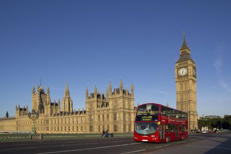 LONDRES - 1er juin: un bus londonien � proximit� de Big Ben sur 1 Juin 2011 � Londres. Le service d'autobus de Londres est l'un des plus grands r�seaux de bus urbains dans le monde avec 8000 bus couvrant 700 itin�raires.