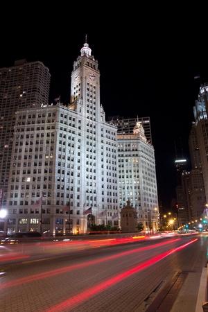 investment real state: CHICAGO - 26 de agosto: El edificio de Wrigley en la noche del 26 de agosto de 2011 en Chicago, Illinois. El edificio tiene dos torres, la torre sur (completada en 1921 con 30 pisos) y una torre norte (completado en 1924 con 21 pisos).