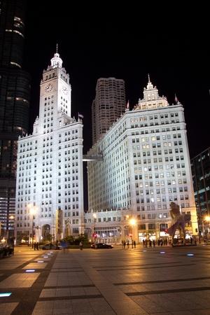 investment real state: CHICAGO - 26 de agosto: El edificio de Wrigley el 26 de agosto de 2011 en Chicago, Illinois. El edificio tiene dos torres, la Torre Sur (completado en 1921 con 30 pisos) y Torre Norte (terminado en 1924 con 21 pisos).