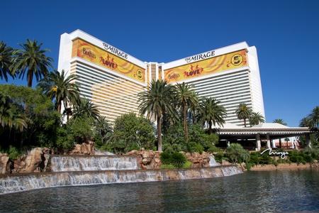 LAS VEGAS - 17 ao�t: Le Mirage, un h�tel 3044 chambres, sur 17 Ao�t 2011 � Las Vegas. Le chapiteau en face du Mirage est le plus grand chapiteau autoportant dans le monde.