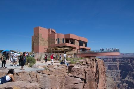 strata: Grand Canyon West, AZ-16 agosto: visita turistica Lo Skywalk al West Rim del Grand Canyon il 16 agosto 2011. La Skywalk � sospeso 4.000 metri sopra il fiume Colorado. Editoriali