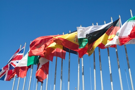 banderas del mundo: Banderas internacionales en el viento. Foto de archivo