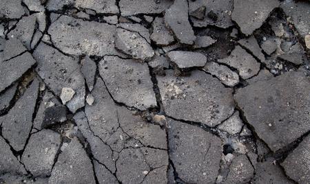 Gebroken asfalt in de straat Stockfoto
