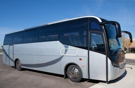 青い観光バスが乗客を待っています。