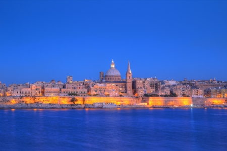 carmel: Vista de La Valeta con Nuestra Se�ora del Monte Carmelo c�pula de la iglesia, Malta