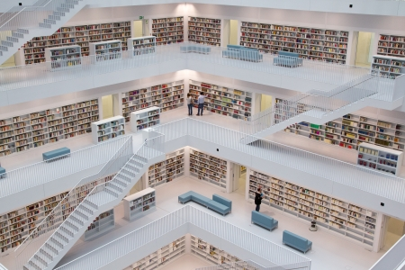シュトゥットガルト, ドイツ - 7 月 2 日: シュトゥットガルト市立図書館 2012 年 7 月 2 日にシュトゥットガルト、ドイツ。2011 年 10 月にオープンした